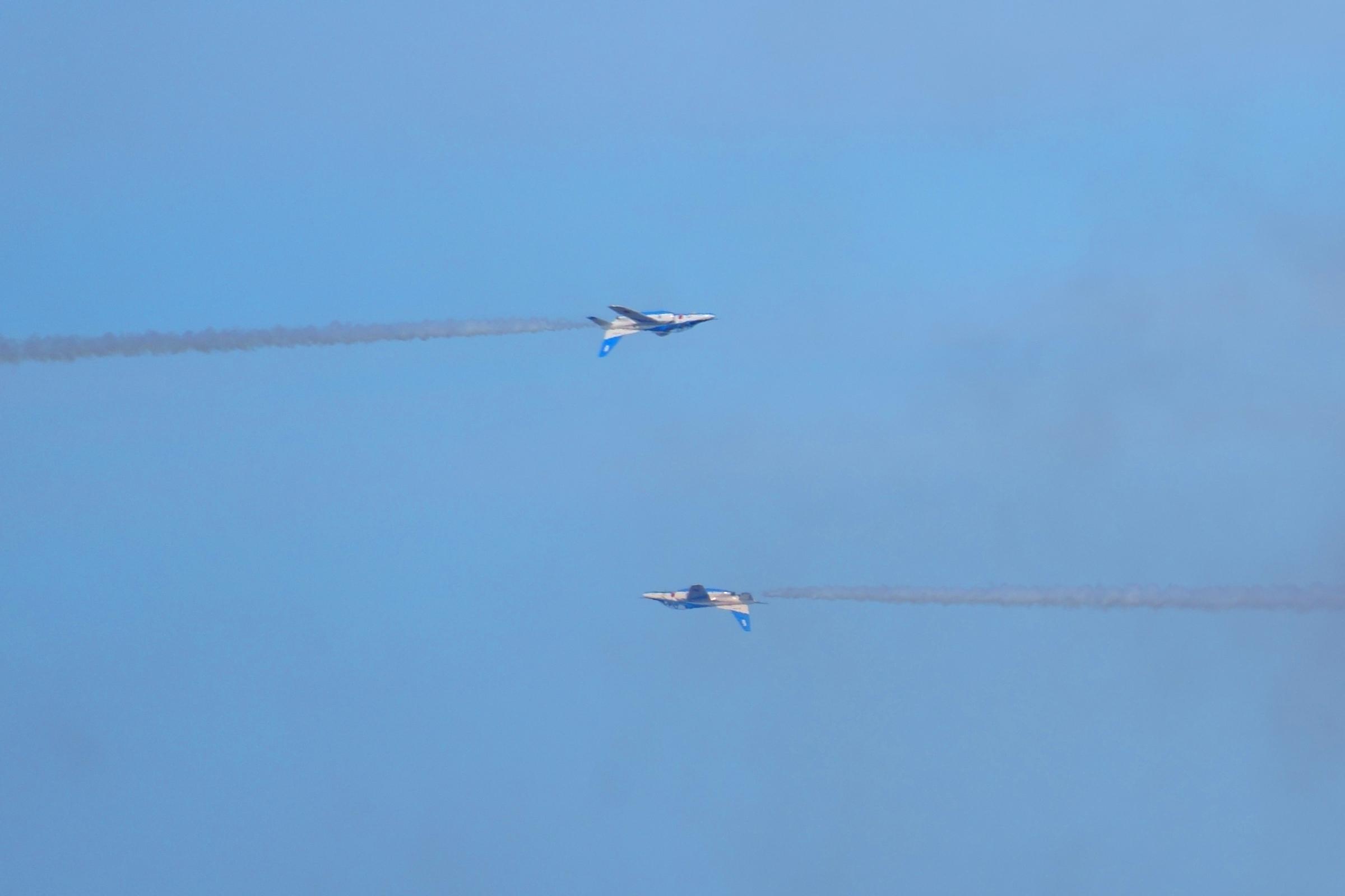 ブルーインパルスアクロバット飛行オポジットコンティニュアスロール