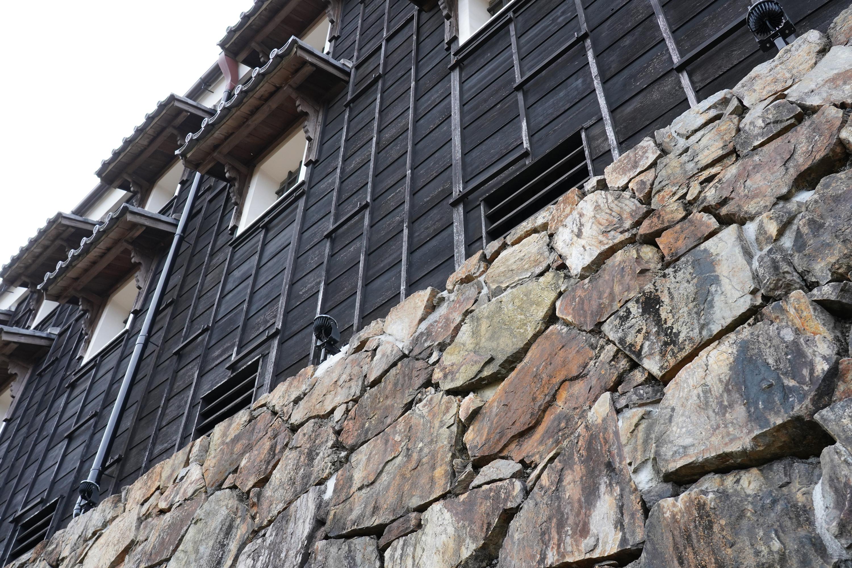 石垣と焼杉板