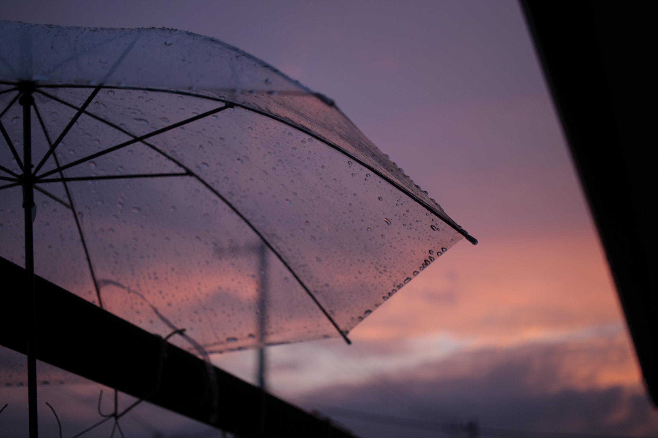 傘と夕焼け